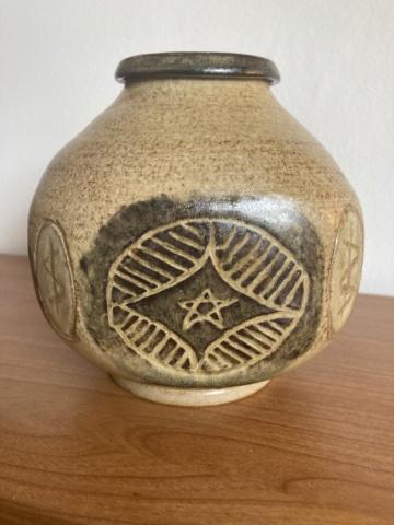 Signed stoneware vase - maker? B128dd10