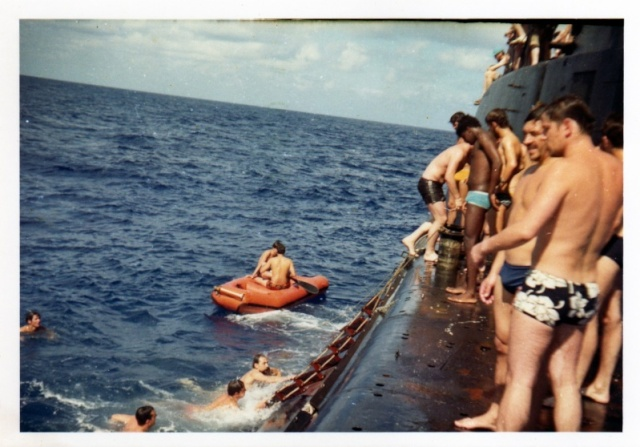 [Les traditions dans la Marine] Baignade le long du bord B22