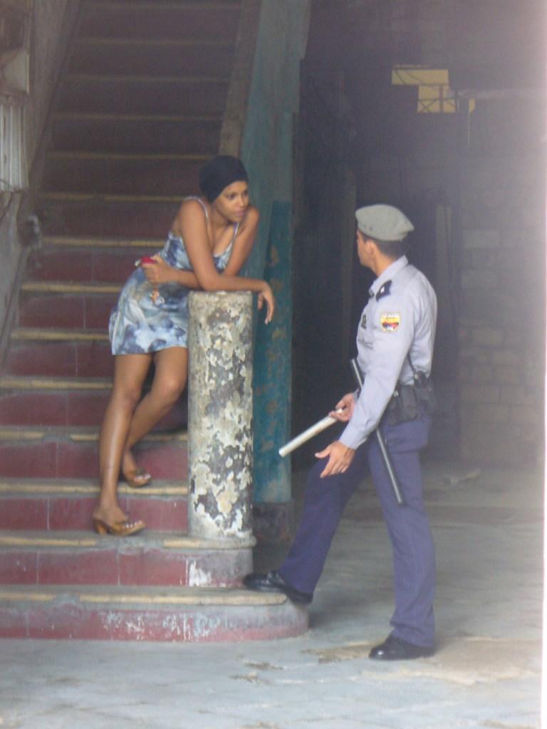 LA REALIDAD CUBANA MEDIANTE LA IMAGEN: 1959-PRESENTE - Página 3 Polici11