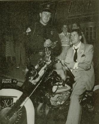 Ils ont posé avec une Harley, principalement les People - Page 3 00011