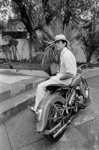 Ils ont posé avec une Harley, principalement les People - Page 2 198210