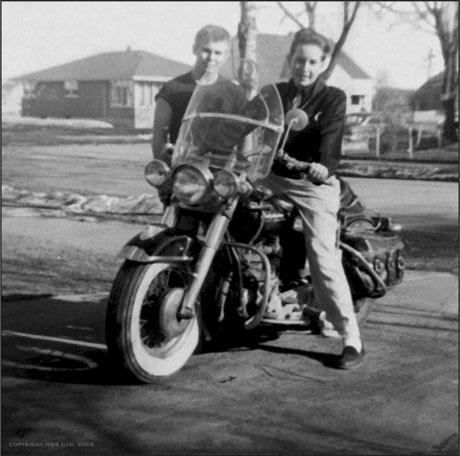 Ils ont posé avec une Harley - Page 38 Dy_1110
