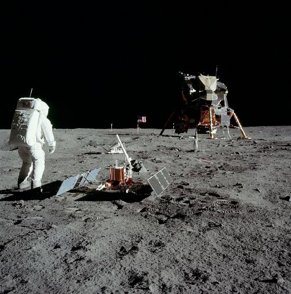 maquette papier de l'ensemble du module lunaire d'apollo 11 Apollo10