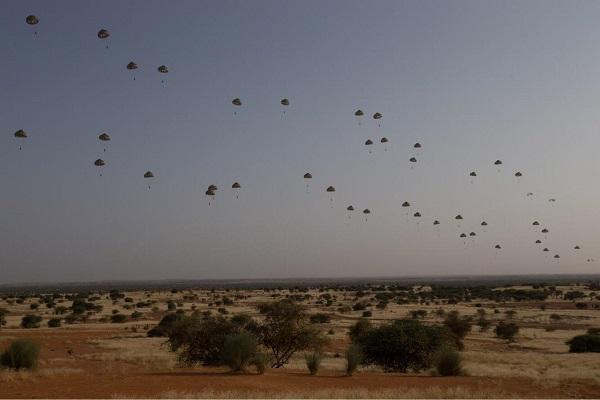 Mali : Barkhane a lancé une opération aéroportée près de Menaka, avec deux Transall et un A400M Oap-2010