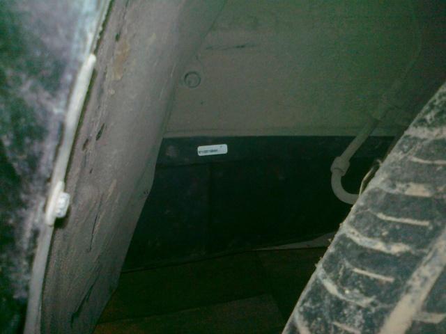 Изолируем  и  защищаем   блок  реле  и  разъёмов  в передней  части  левой  передней  колёсной  нише 07102011
