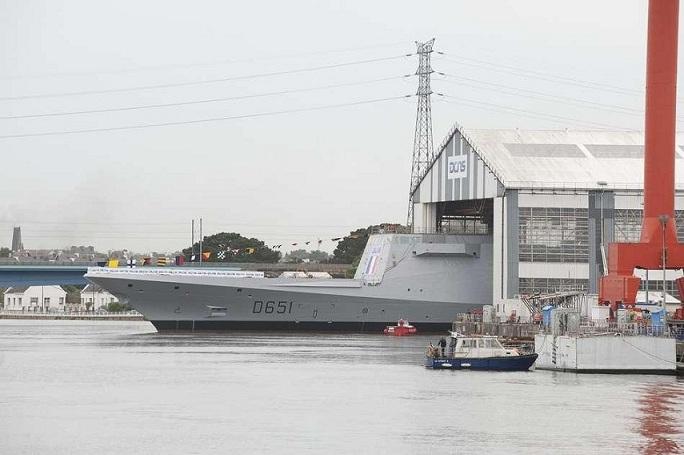 Mise à flot de la FREMM Normandie à Lorient.(Source Ministère de la Défense Nationale) Mise-a13