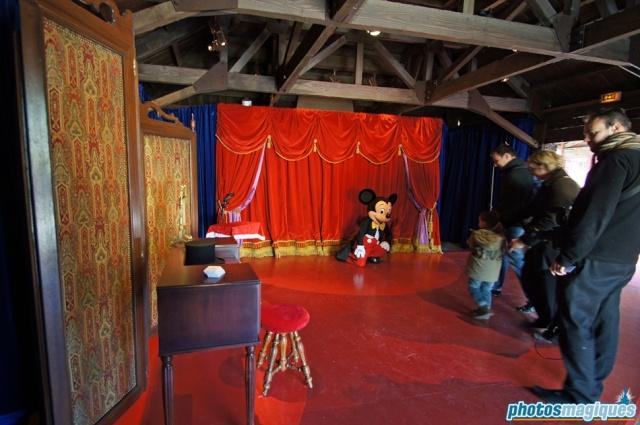 MEET MICKEY MOUSE - Fantasyland Dsc00614