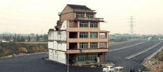 Insolite ... Chine: la maison au milieu d'une autoroute 11779810