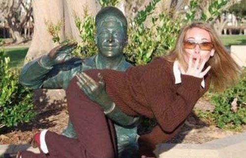 Đùa cùng bức tượng  387abc10
