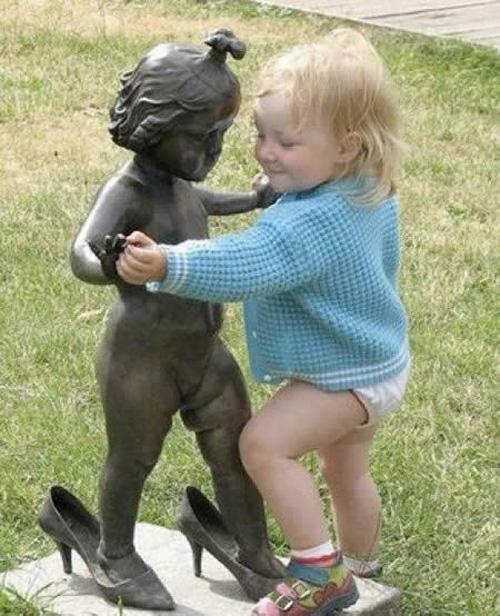Đùa cùng bức tượng  3bb04610