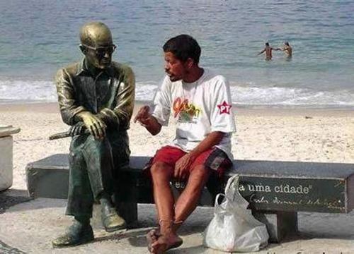 Đùa cùng bức tượng  41adeb10