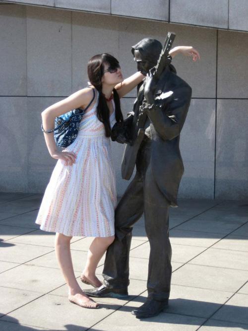 Đùa cùng bức tượng  C2db3310