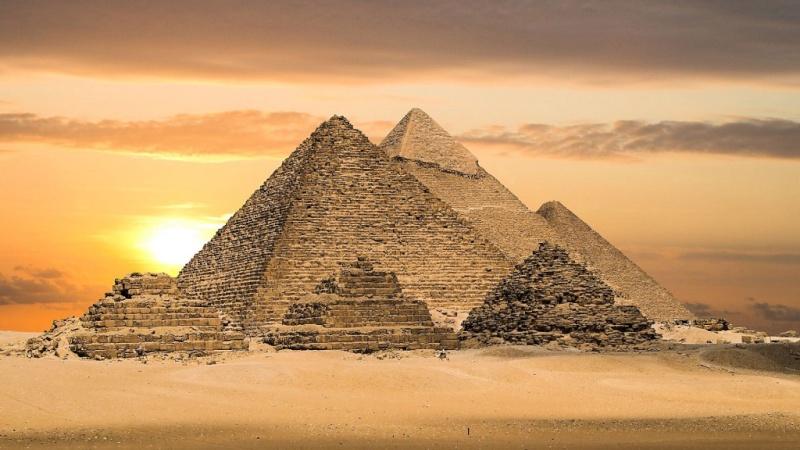 FICTION / Du haut de ces gravats, 40 siècles vous contemplent... ! Pyrami10