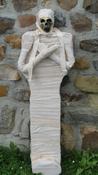 Squelette qui sort de terre Dsc00013