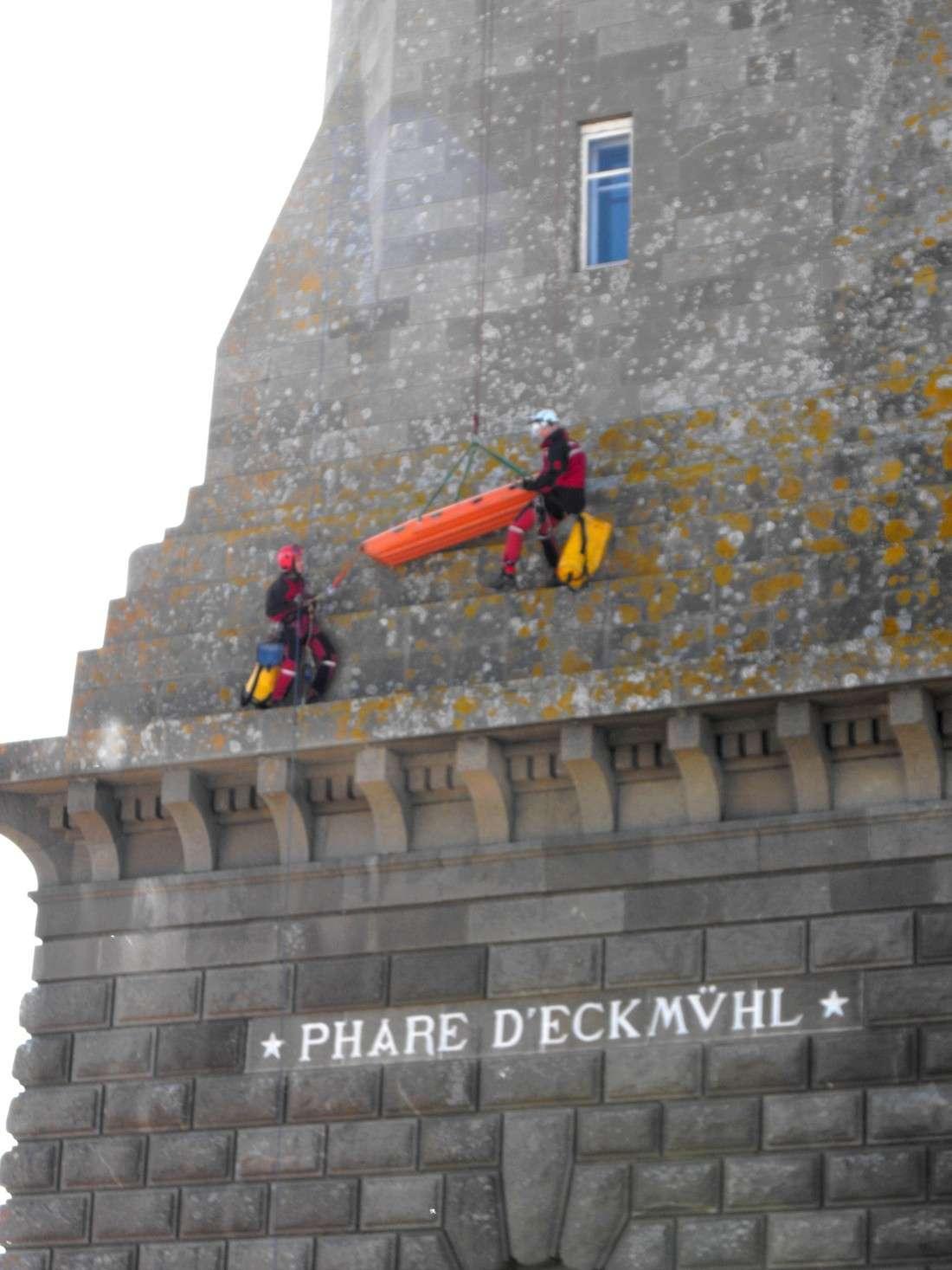 Le GRIMP 29 à l'entrainement sur le phare d' Eckmuhl (Penmarc'h) Grimp810