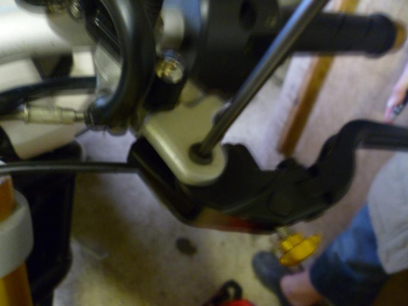 TUTO:remplacer ses leviers de frein et d'embrayage par des leviers Rizoma 01410