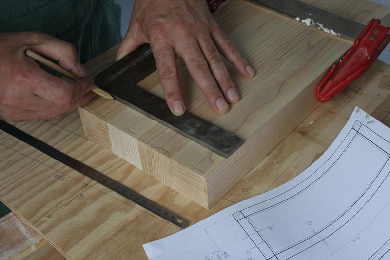 Une table basse bois et verre. 03_sep23