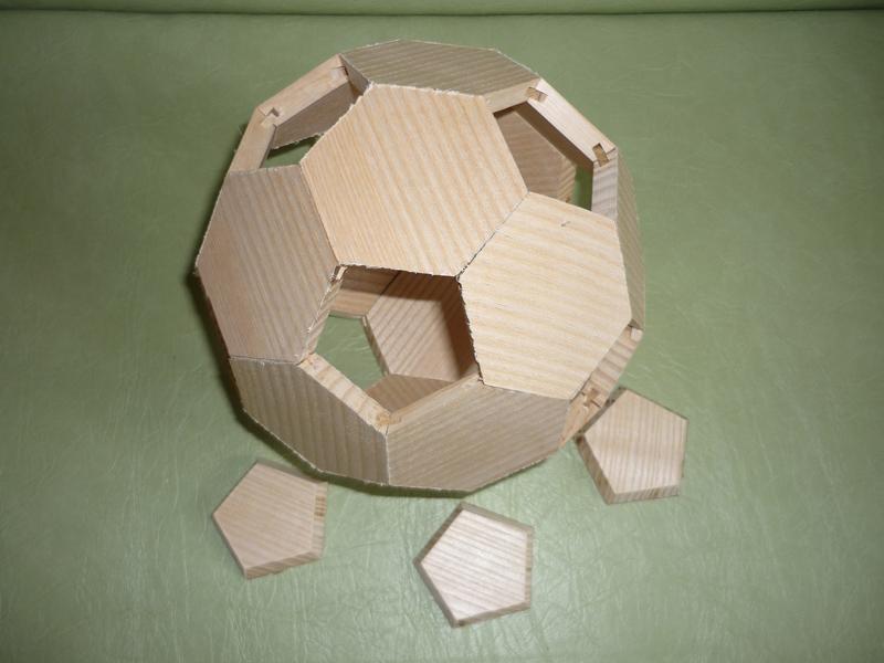 Un ballon de foot en bois 12_cop10