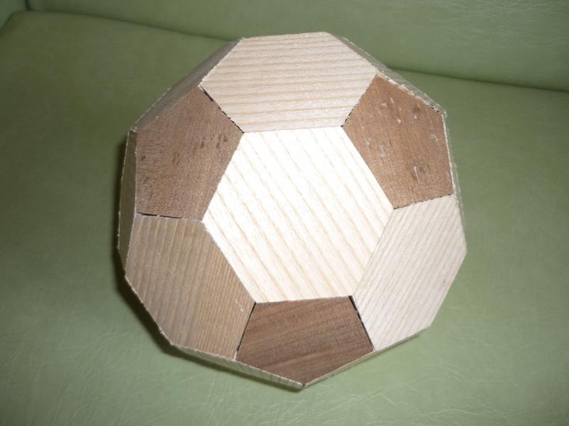 Un ballon de foot en bois 13_cop10