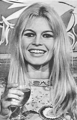 Brigitte avec un verre  Bbbbbb82