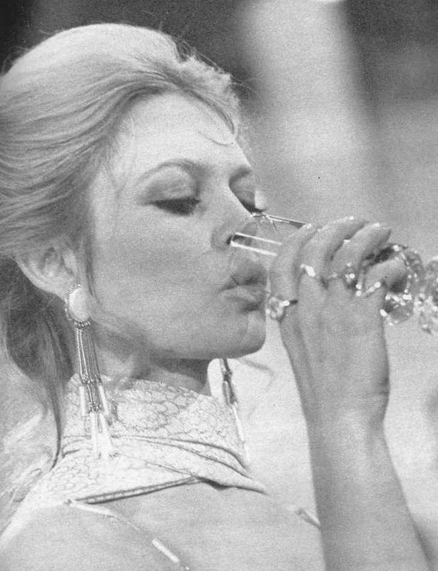 Brigitte avec un verre  Bbbbbb83
