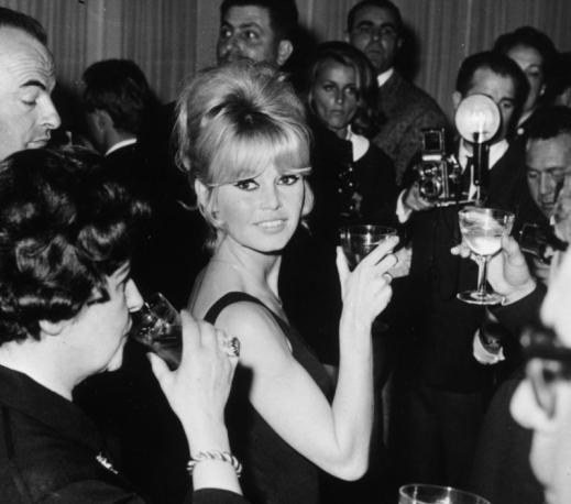 Brigitte avec un verre  Brigit12