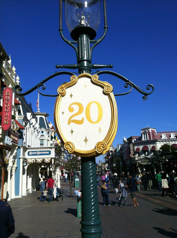 Le 20ème anniversaire de Disneyland paris  - Page 38 29209810