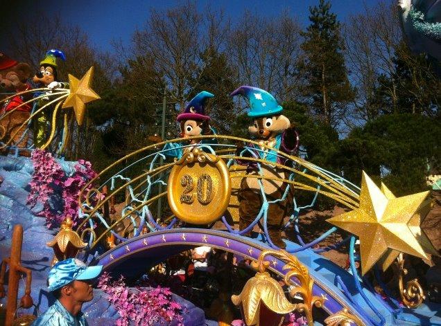 Le 20ème anniversaire de Disneyland paris  - Page 39 54355810