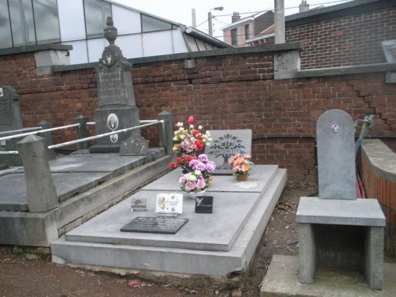 La tombe du Père Antoine et de Mère Tombe_14