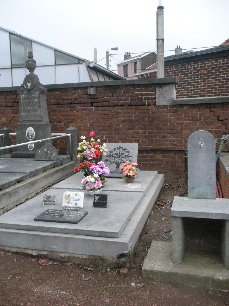 La tombe du Père Antoine et de Mère Tombe_15
