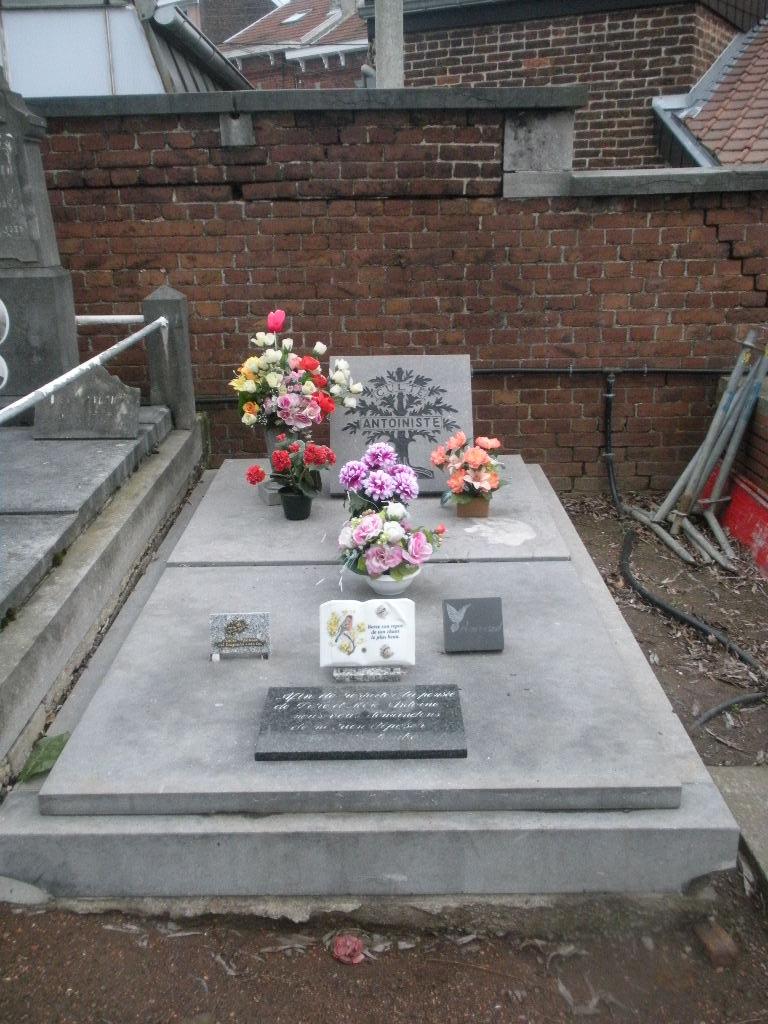 La tombe du Père Antoine et de Mère Tombe_16