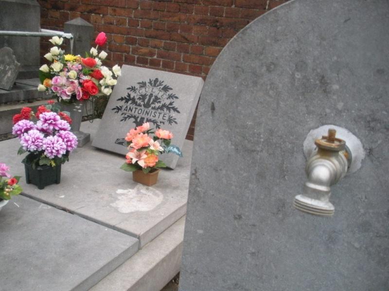 La tombe du Père Antoine et de Mère Tombe_17