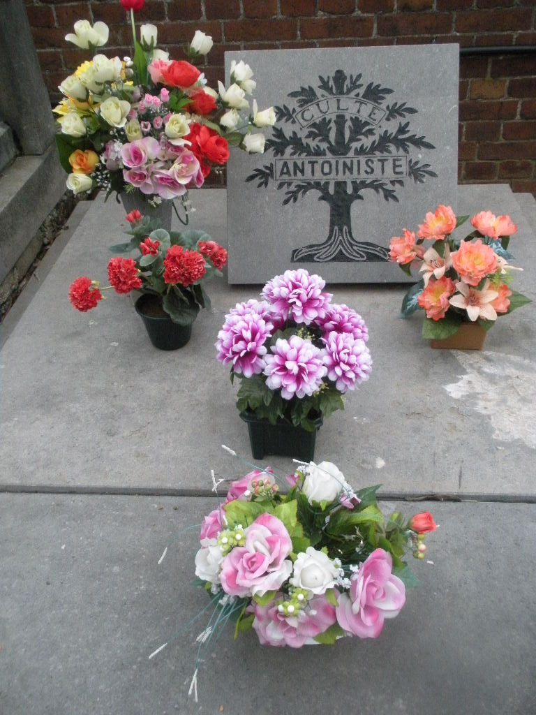 La tombe du Père Antoine et de Mère Tombe_18