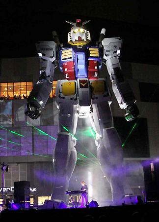 Tetsuya Komuro interpreta concierto en el Gundam gigante de Odaiba Tetsuy10