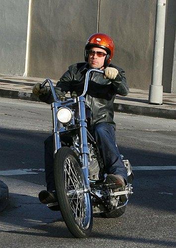 Ils ont posé avec une Harley - Page 2 21377p10