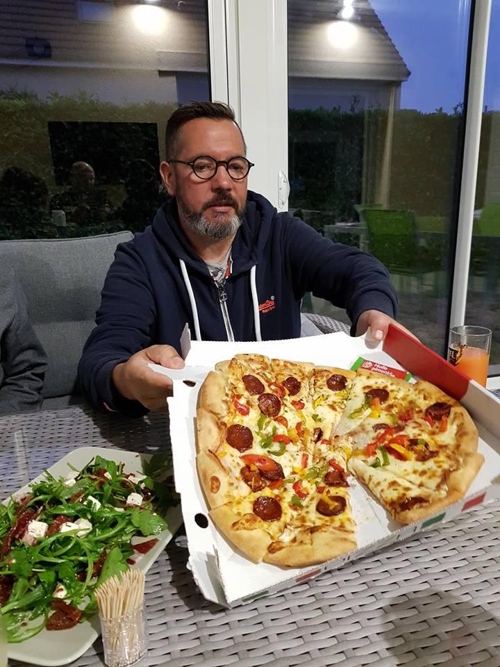 On donne de notre personne pour goûter aux pizza de la concurrence   42305811