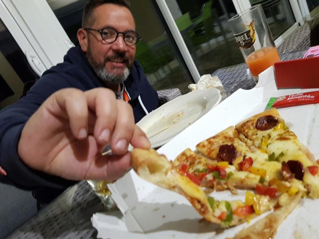 On donne de notre personne pour goûter aux pizza de la concurrence   42354010