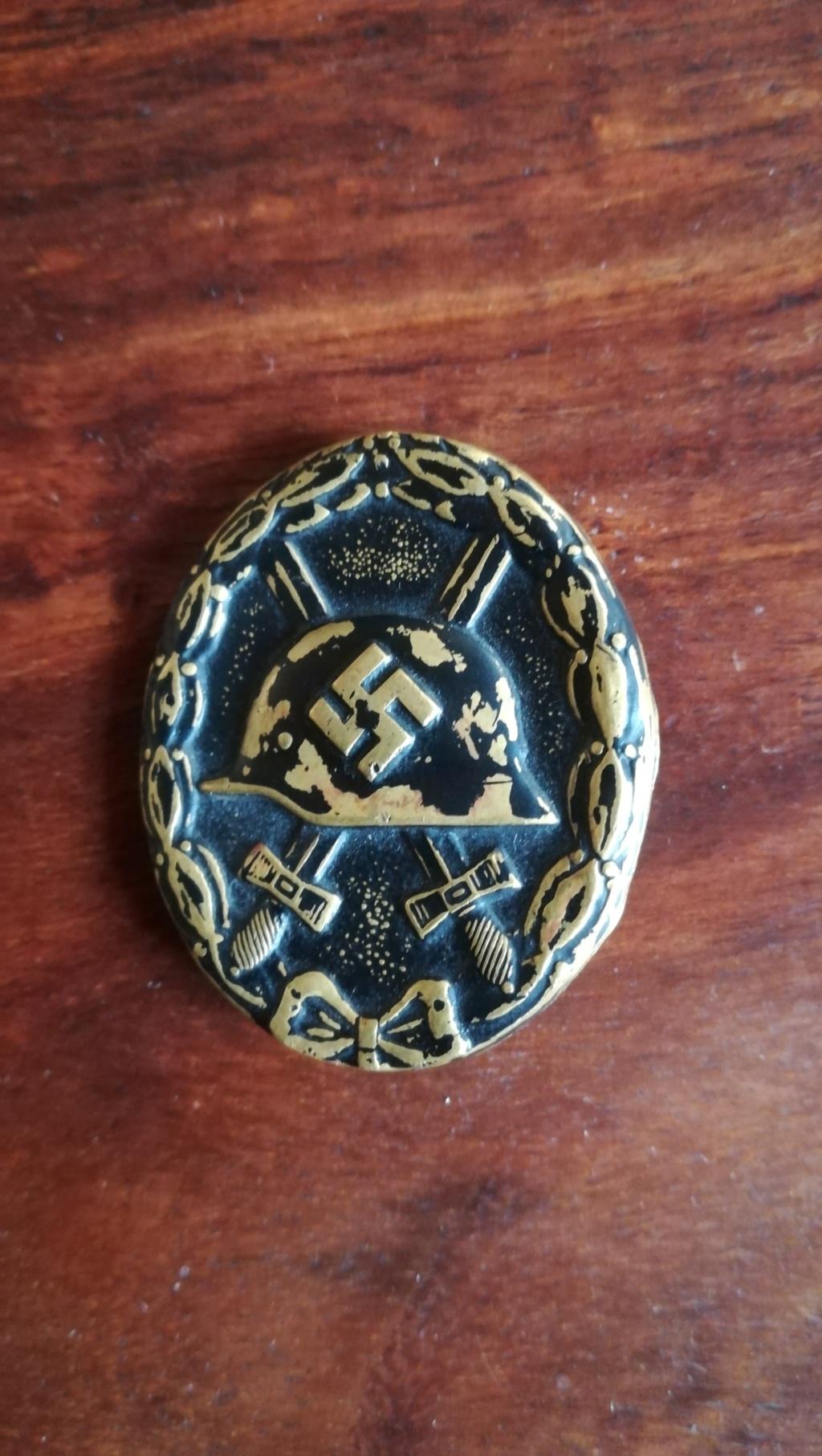 Badge blessé en noir  Img_2111
