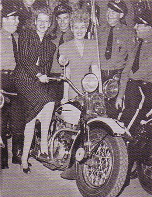 Ils ont posé avec une Harley, uniquement les People - Page 35 Rita_h11