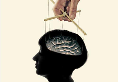 Le « lavage de cerveau ». Main-m10