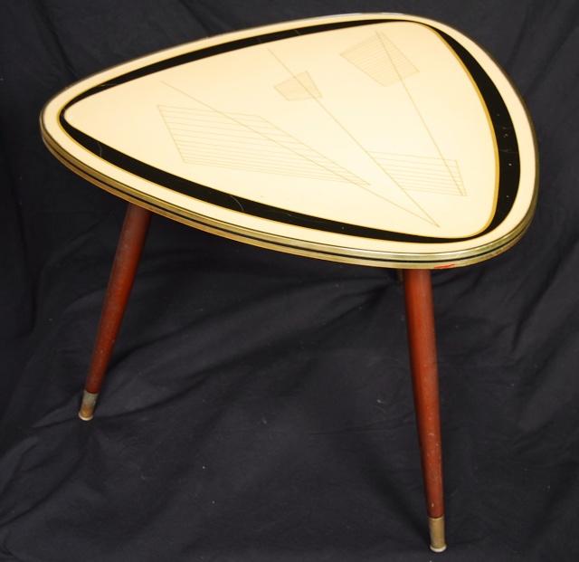 jai trouv cette petite table de salon sans doute classique des annes 5060 mais jai trouv une estampille illisible en dessous est ce que a vous