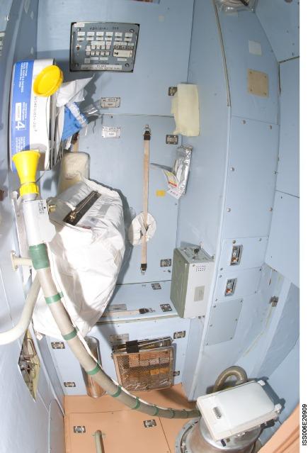 WC en panne sur l'ISS Iss00610