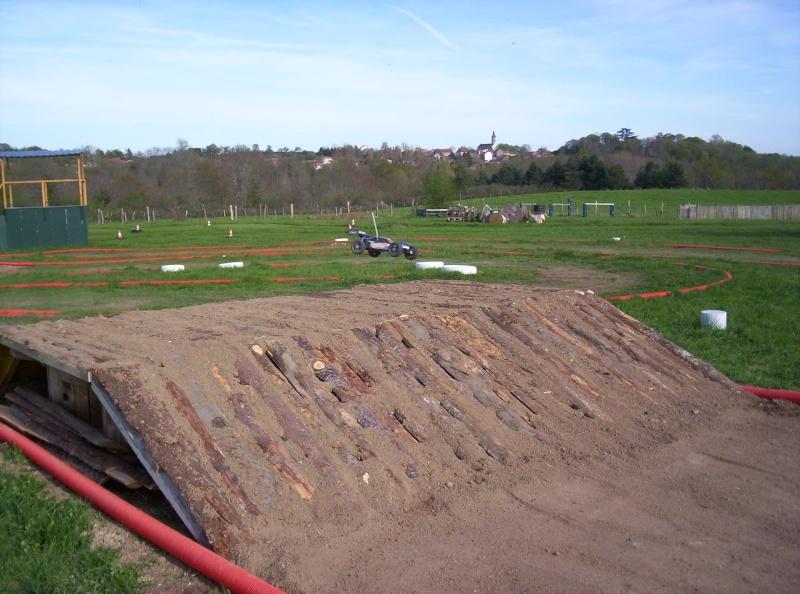 Et ça continue!!!...Construction du podium!!!: 100_2147