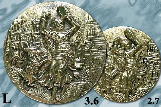 bouton en métal repoussé milieu du XIXe Esmeralda dansant avec sa chèvre devant Notre Dame de Paris. 17810