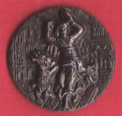 bouton en métal repoussé milieu du XIXe Esmeralda dansant avec sa chèvre devant Notre Dame de Paris. 41416r10
