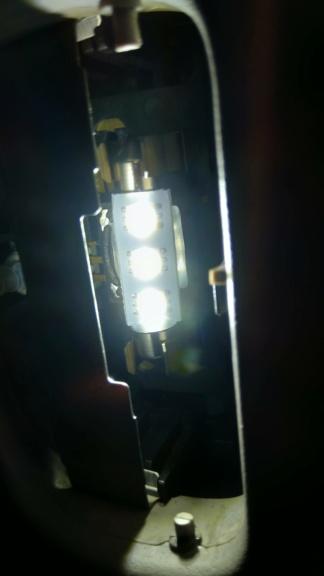 [TUTO OU ASTUCE] Remplacer les ampoules T10 de la console centrale par des LEDS Img_2076