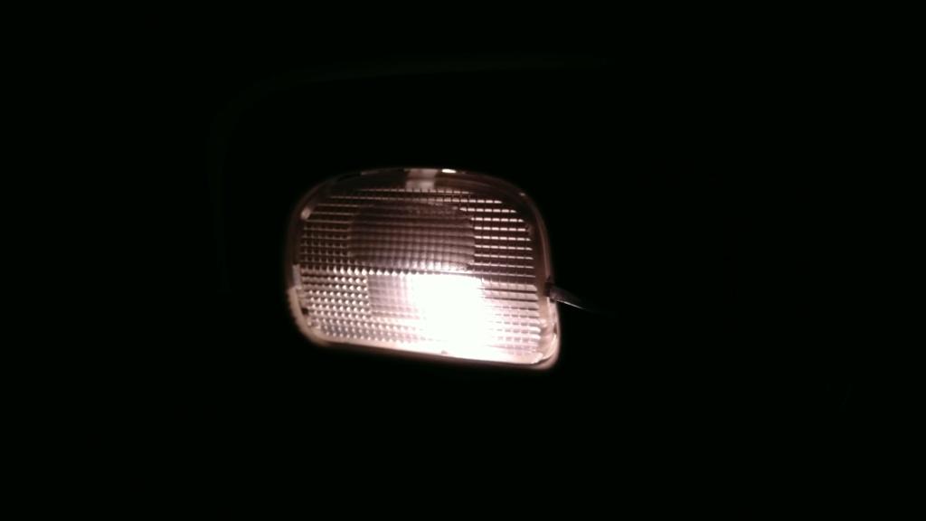 [TUTO OU ASTUCE] Remplacer les ampoules T10 de la console centrale par des LEDS Img_2077