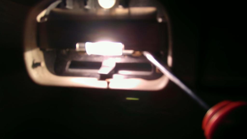 [TUTO OU ASTUCE] Remplacer les ampoules T10 de la console centrale par des LEDS Img_2081