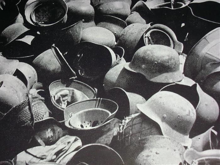 Des montagnes de casques... Helmet13