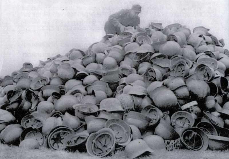 Des montagnes de casques... Helmet15